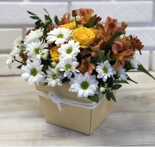 Композиция в коробке хризантемы альстромерия роза