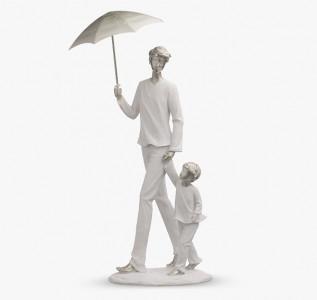 Статуэтка Папа и малыш под зонтом