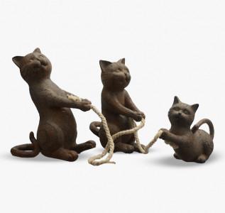 Статуэтка Семья игривых кошек, перетягивающих канат