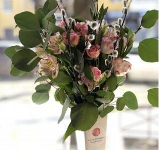 Букет из эвкалипта, верб, альстромерий и кустовой розы