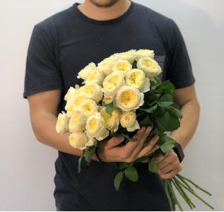 Букет из кустовой пионовидной розы ванильного цвета
