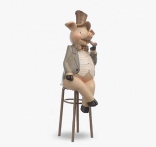 Статуэтка Свинка с трубкой на стуле Светская Жизнь