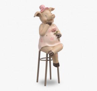 Статуэтка Свинка в смущении на стуле